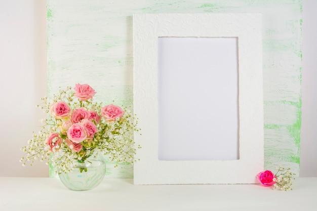 Rahmenmodell mit rosen in glasvase