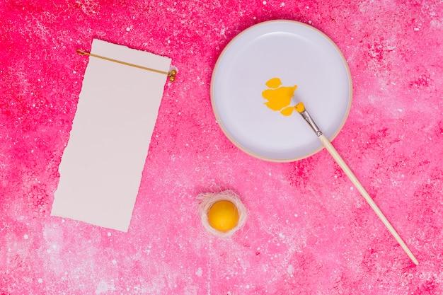 Rahmenpapyrus und ostern farbiges ei