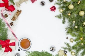Rahmenweihnachtsdekoration des neuen Jahres lokalisiert, weißes Hintergrundpostkarten-Geschenkmodell