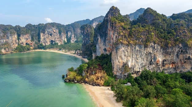Railay strand in thailand, provinz krabi, luftvogelansicht der tropischen strände von railay und pranang mit felsen und palmen, küste der andamanensee von oben