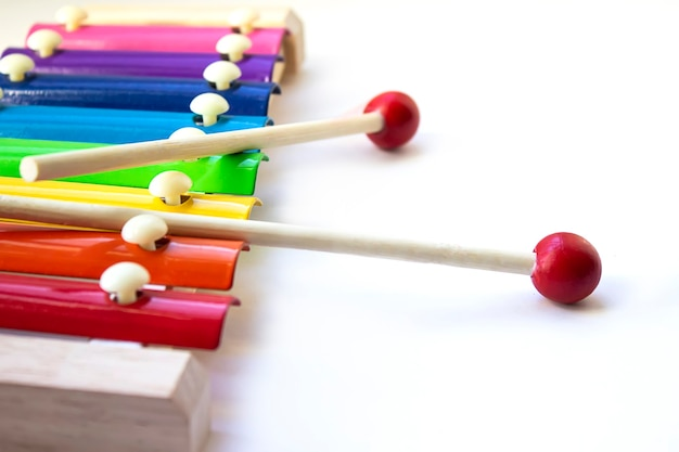 Rainbow colored wooden toy 8 ton xylophon glockenspiel isoliert auf weißem hintergrund mit beschneidungspfad. spielzeugglockenspiel aus metall und holz. nahaufnahme. exemplar.