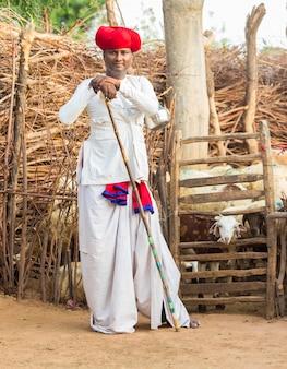Rajasthani rebari mann trägt traditionelle bunte lässige