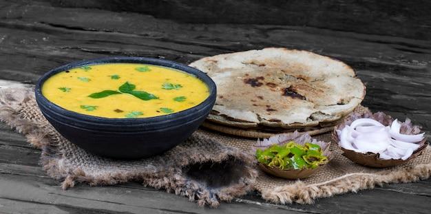 Rajasthani und gujarati traditionelle küche kadhi oder bajra roti