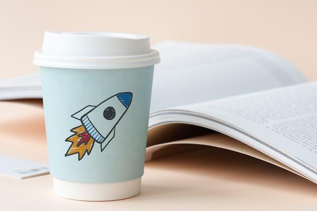 Raketenstart auf einem pappbecher gezeichnet