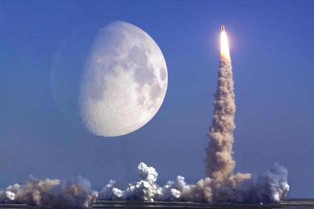 Raketenstart mit mond auf hintergrund. elemente dieses bildes von der nasa geliefert