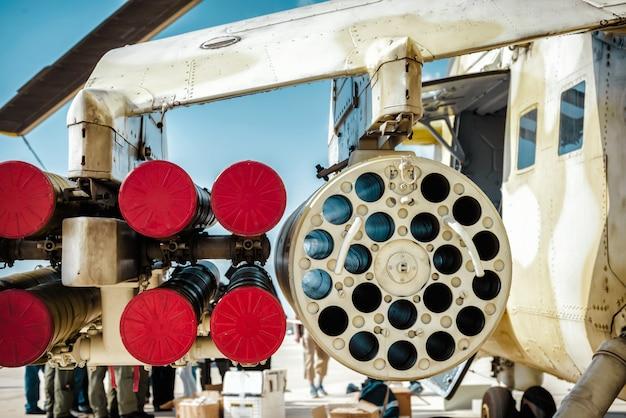 Raketenwerfer unter flügel des militärhubschraubers.