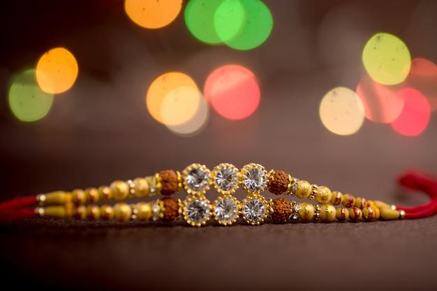 Raksha bandhan feier mit einem eleganten rakhi. ein traditionelles indisches armband, das ein symbol der liebe zwischen brüdern und schwestern ist.