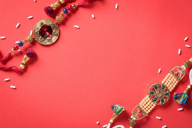 Raksha bandhan, indisches festival mit wunderschönen rakhi und reiskörnern