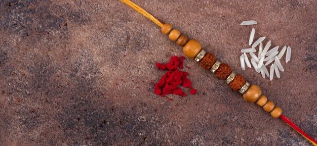 Raksha bandhan: rakhi mit reiskörnern und kumkum, traditionelles indisches armband, das ein symbol der liebe zwischen brüdern und schwestern ist.