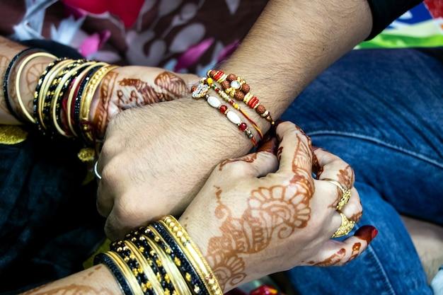 Rakshabandhan, das in indien als fest der bruder-schwester-liebe und -beziehung gefeiert wird. schwesterkrawatte rakhi als symbol intensiver liebe zu ihrem bruder.