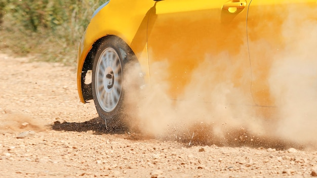 Rallye-auto auf feldweg