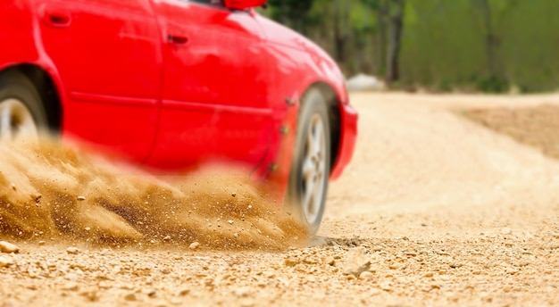 Rallye-auto im feldweg