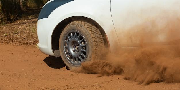 Rallye-rennwagen, der auf feldweg driftet.