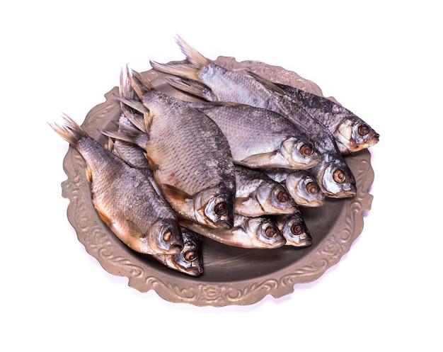 Ram der rohen fische auf einer eisenplatte