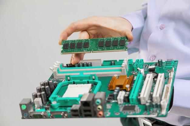 Ram und motherboard in der handnahaufnahme der männer