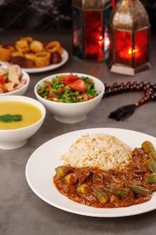 Ramadan arabisch familienessen traditionelles arabisches essen nahaufnahme eid mubarak tisch mit teilen teller essen ramadan dekoration libanesische küche vorspeisen hummus baklava datteln muslime