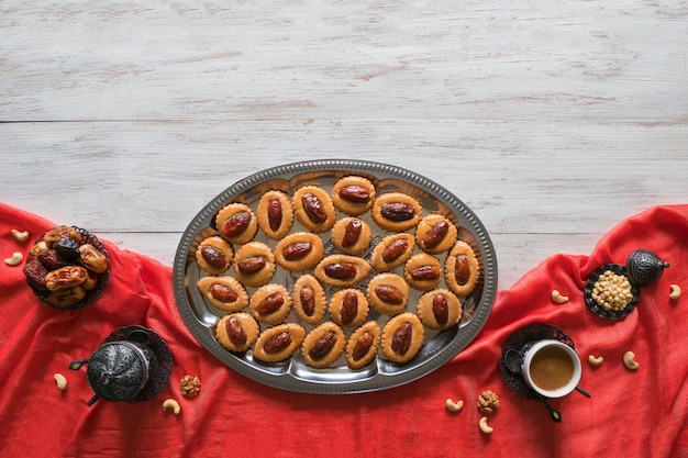Ramadan essen tisch. eid dates süßigkeiten auf einem weißen holztisch