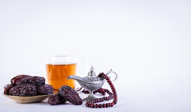 Ramadan essen und trinken konzept ramadan arabische lampe holz rosenkranz tee und datteln obst
