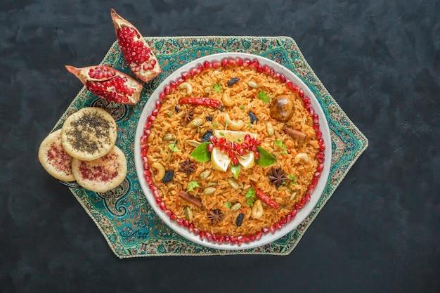 Ramadan essen. vegetarische kabsa mit reis, nüssen und gemüse.