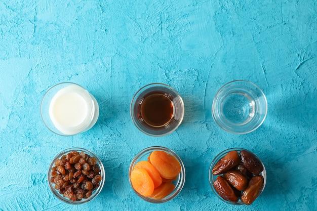 Ramadan kareem essen auf farbhintergrund