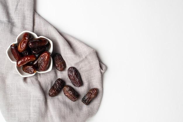 Ramadan kareem festlich, nahaufnahme von datumsangaben an der schüssel