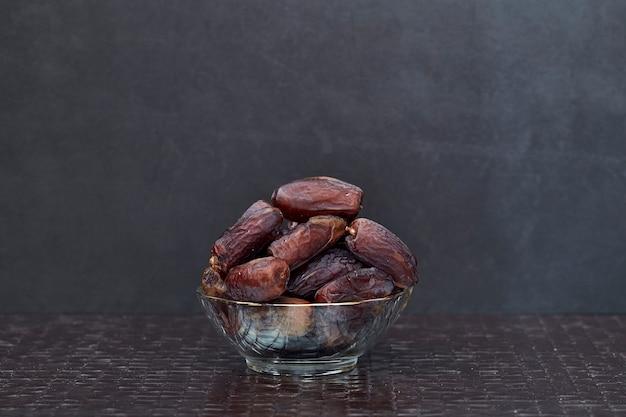 Ramadan kareem getrocknete dattelpalmenfrüchte