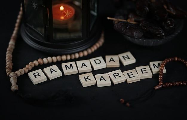 Ramadan kareem gruß holzbuchstaben
