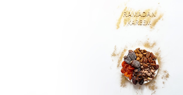 Ramadan kareem und iftar food-konzept in gold und weiß