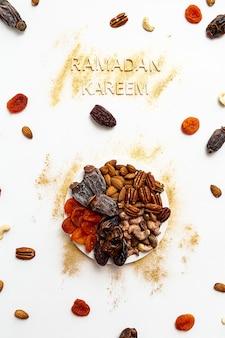 Ramadan kareem und muslimisches iftar essen modernes festliches konzept in den farben gold und weiß