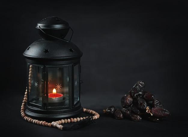 Ramadan kerzenlaterne mit hölzernen gebetsperlen und daten