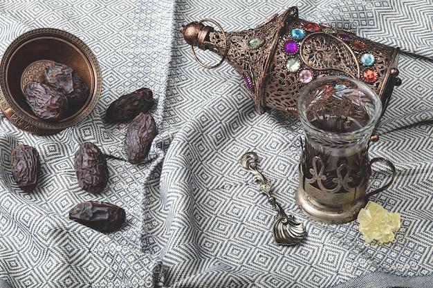 Ramadan-komposition mit einer tasse tee und getrockneten datteln