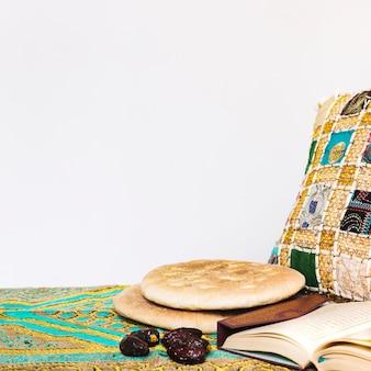 Ramadan-konzept mit arabischem brot und daten