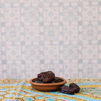 Ramadan-konzept mit daten in der schüssel