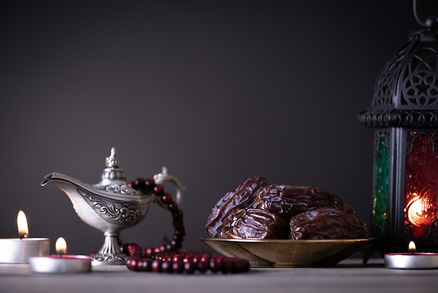 Ramadan-lebensmittel- und getränkekonzept auf einem holztisch auf dunklem copyspace