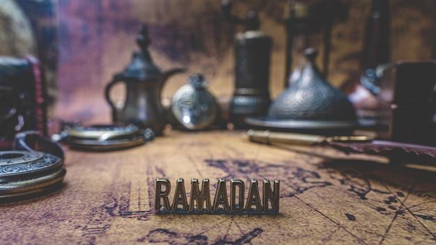 Ramadan mit vintage-sammlung auf der alten weltkarte