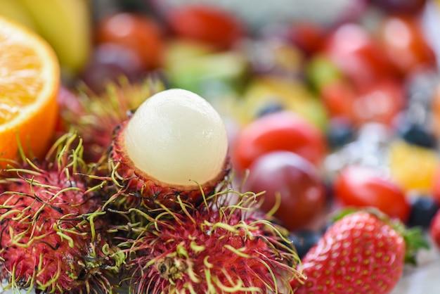 Rambutan geschält und früchte