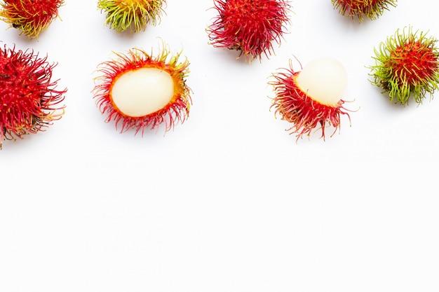 Rambutan getrennt auf weiß