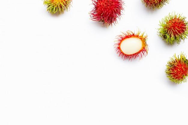 Rambutan getrennt auf weiß.