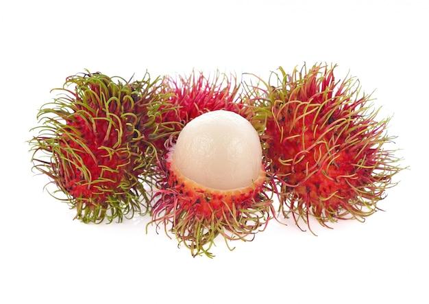 Rambutan lokalisiert auf weißem hintergrund.