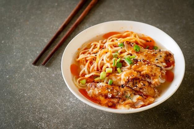 Ramen-nudeln mit gyoza oder schweinefleischknödel - asiatische küche