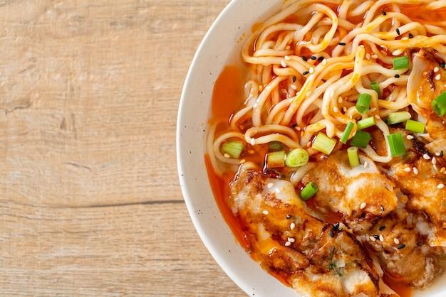 Ramen-nudeln mit gyoza oder schweineknödel - asiatische küche Premium Fotos