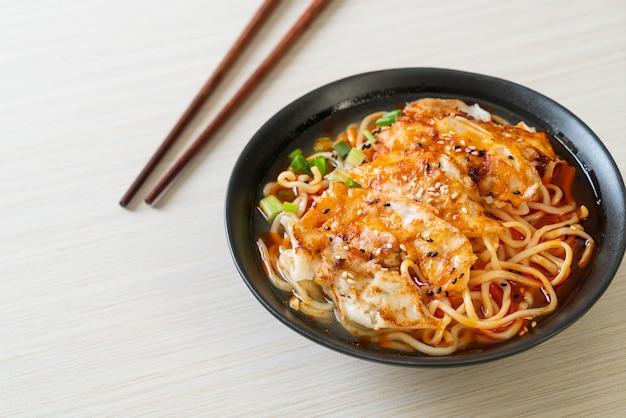 Ramen-nudeln mit gyoza oder schweineknödel - asiatische küche
