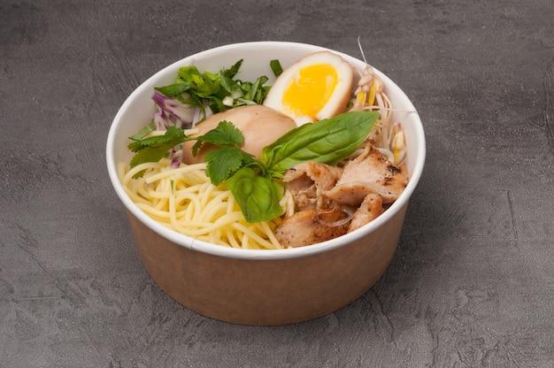Ramen-suppe in craft-gerichten ohne brühe