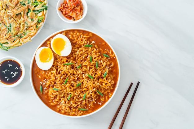Ramyeon oder koreanische instantnudeln mit ei - koreanischer essensstil