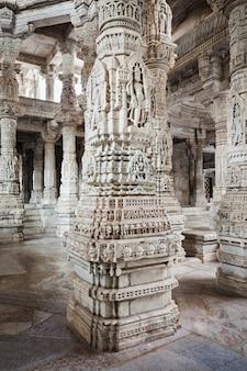 Ranakpur tempel interieur in indien