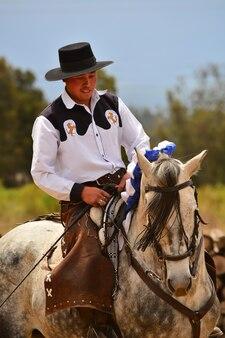 Rancho fenix, latacunga, cotopaxi, ecuador 12. august 2016. ein reiter in der dressur mit einem pferd
