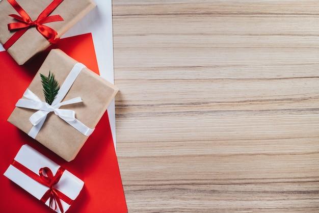 Rand der geschenkboxen in handwerk und weißes papier eingewickelt und mit satinbändern verziert