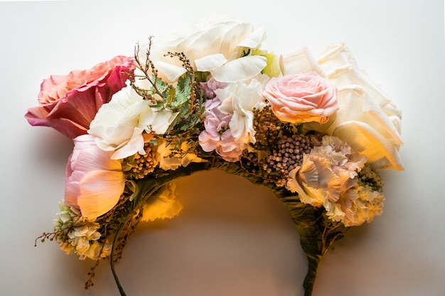 Rand des kopfes von weißen rosen ist auf einem weißen tisch warmes licht