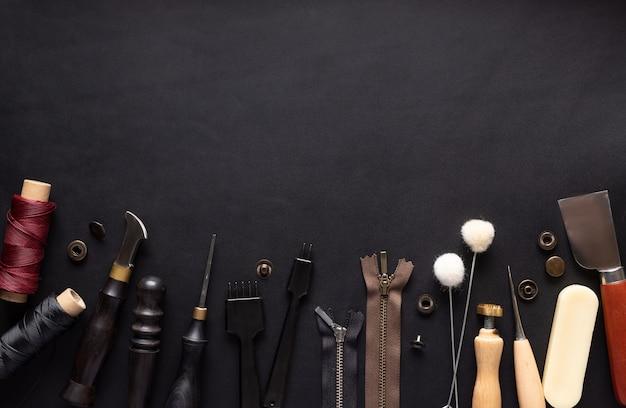 Rand verschiedener werkzeuge zum nähen von lederwaren.