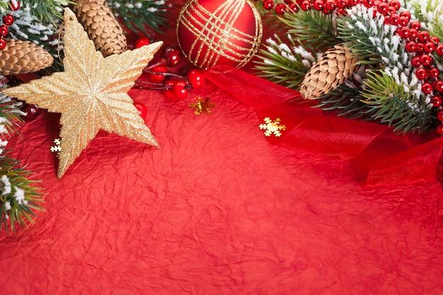 Rand von christbaumschmuck auf rotem papier
